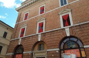 Sulle finestre del Teatro Pegolesi si sta allestendo il calendario dell'avvento