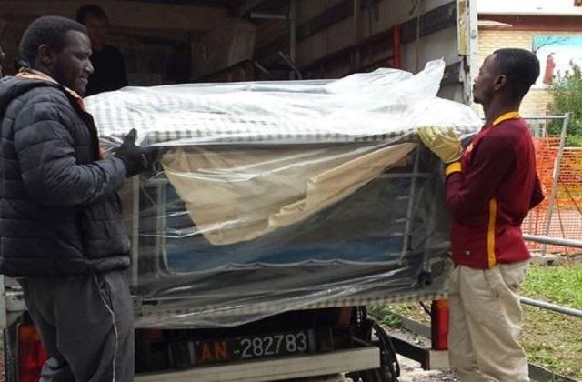 Rifugiati e richiedenti asilo al lavoro (foto presa dalla pagina Facebook del sindaco di Jesi, Massimo Bacci)