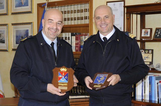 Il colonnello Davide Salerno e l'ammiraglio Pietro Luciano Ricca allo scambio di Crest