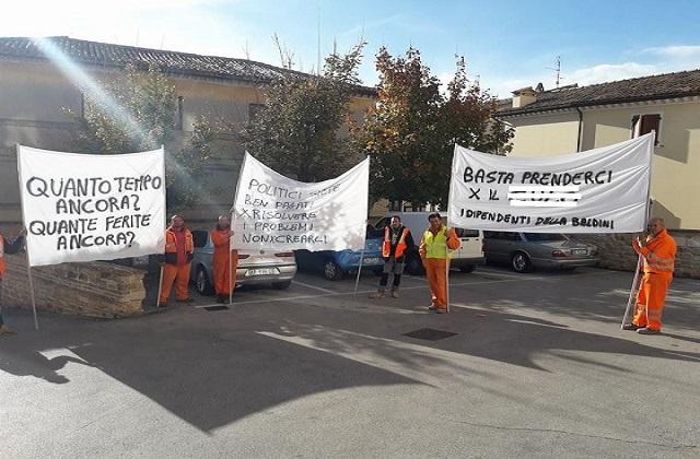 """I dipendenti della """"Baldini"""" in protesta davanti al Comune"""