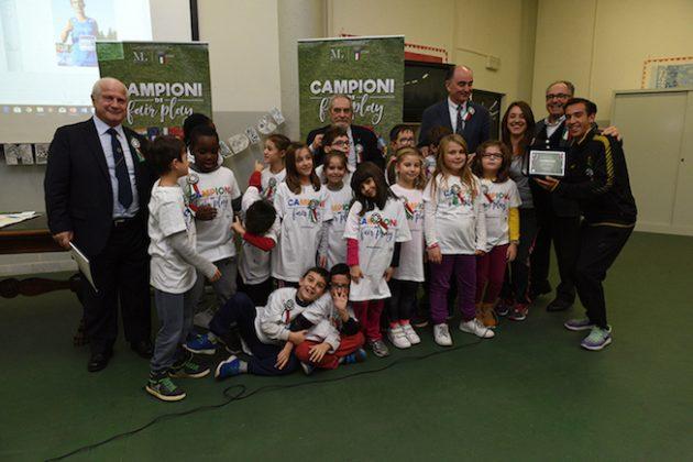 """Foto di gruppo con gli alunni delle scuole vincitrici della campagna educativa """"Campioni di Fair play"""""""