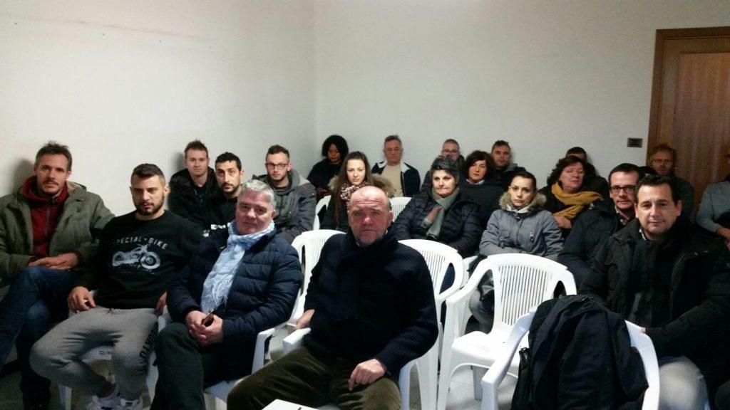 Lavoratori della Manifattura e sindacalisti in assemblea