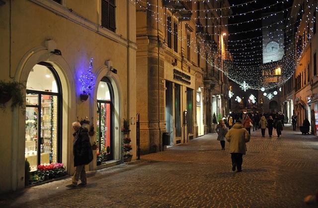 Il corso di Osimo illuminato per le feste natalizie