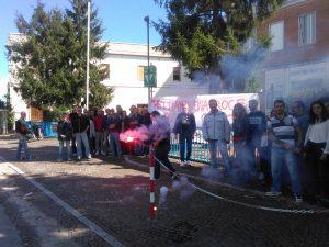 Una manifestazione dei lavoratori all'esterno della storica fabbrica chiaravallese