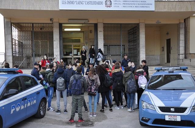 """La Polizia di Osimo di fronte all'Iis """"Laeng"""""""