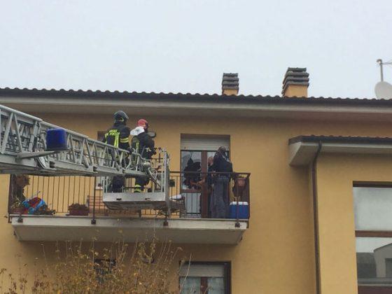 Polizia e vigili del fuoco tentano di entrare in casa