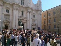 Un momento di festa davanti alla basilica della Santa Casa di Loreto