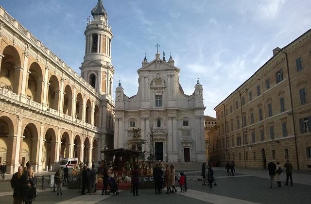 La piazza centrale di Loreto in veste natalizia