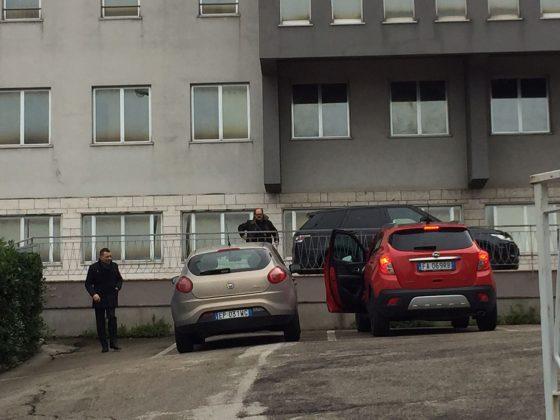 Simone Santoleri e l'avvocato Carradori entrano in Caserma