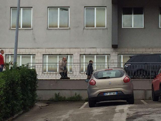 Simone Santoleri esce dalla caserma dopo l'interrogatorio