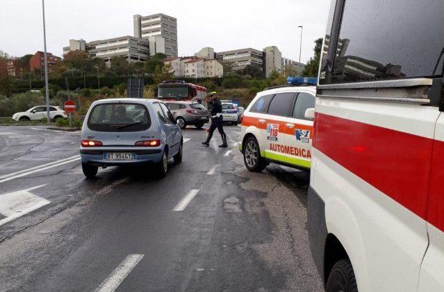 Schianto frontale tra auto: quattro persone ferite
