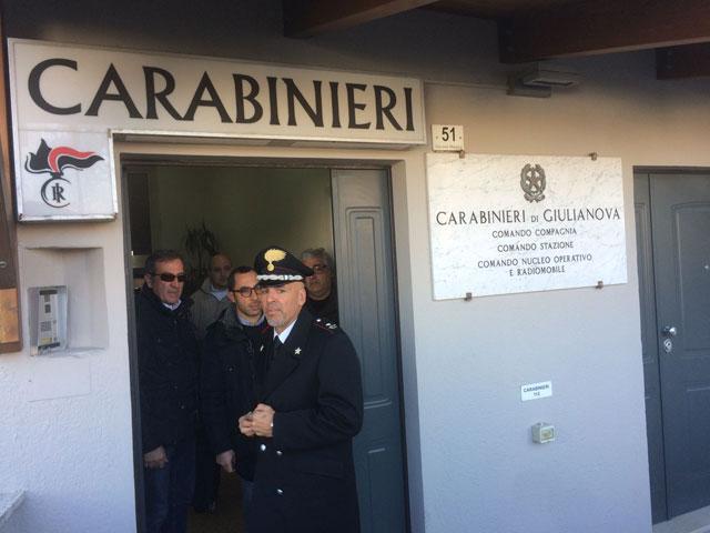 Da sinistra Ezio Denti, il detective che affiancherà la difesa dei Santoleri, l'avvocato Gianluca Carradori e Simone Santoleri in caserma a Giulianova