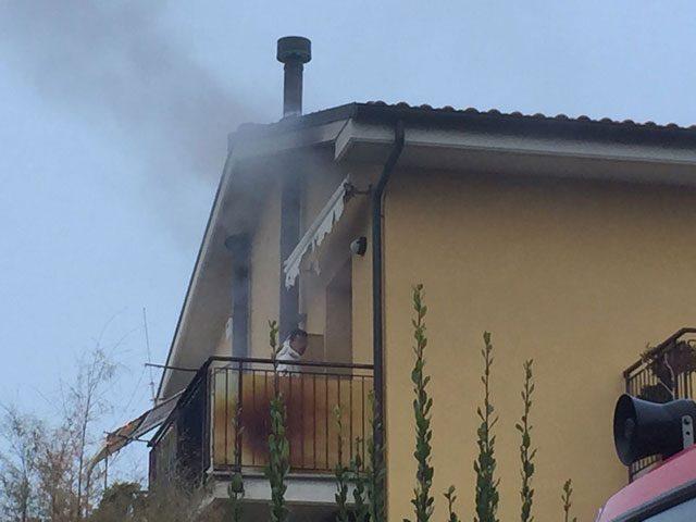 Il romeno sul balcone prima di buttarsi