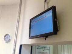 Lo schermo all'accettazione per il laboratorio analisi all'ospedale di Senigallia: una sola cassa per tutta l'utenza