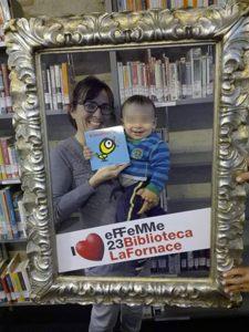 Daniele e la mamma, ritirano il kit della biblioteca