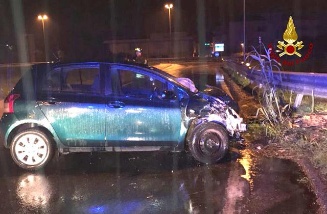 L'incidente alla rotatoria della complanare di Senigallia: un'auto è finita contro il guard rail
