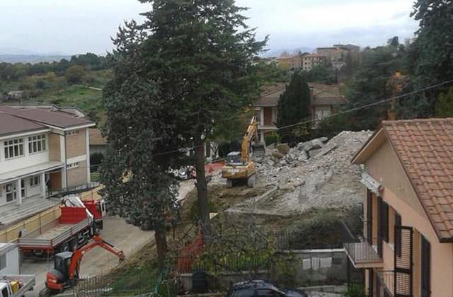 I lavori di demolizione della palestra di via Europa a Ostra