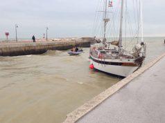 La barca incagliata nel fiume Misa a Senigallia
