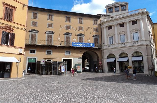 Piazza della Repubblica e la sede del Comune di Jesi