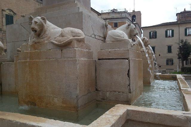 Le leonesse dalle cui fauci è ritornato a uscire il getto d'acqua
