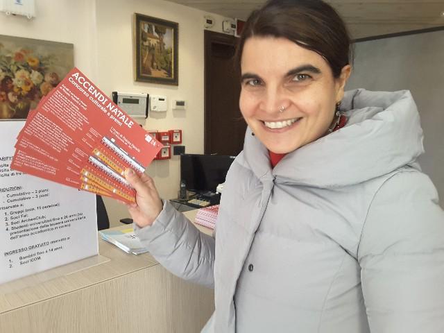 Simona Cardinali con la cartolina concorso per Accendi Natale