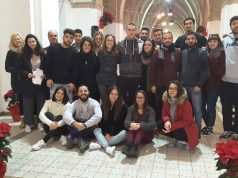 I volontari che hanno preparato il cenone solidale dello scorso anno con Salvatore Pisconti e Gabriella Acquario