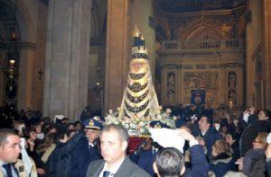 L'effige della Madonna portata in spalla dall'Aeronautica