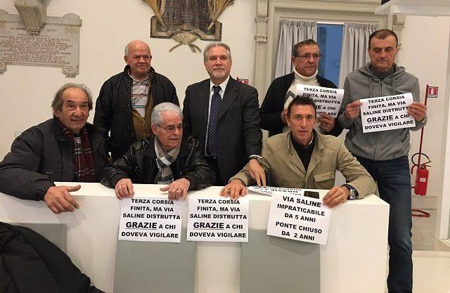 Il consigliere Italo D'Angelo con i residenti di via Saline in Consiglio Comunale