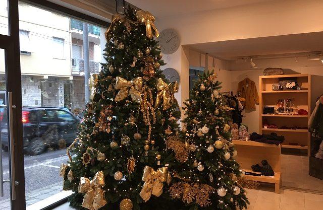 Albero Di Natale Con Decorazioni Blu : Sfere giganti direttamente da parigi: tutte le novità per addobbare