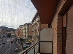 Rete anti piccioni all'ex Mariotti in via De Gasperi