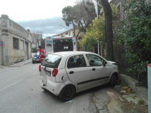 Una delle due auto incidentate