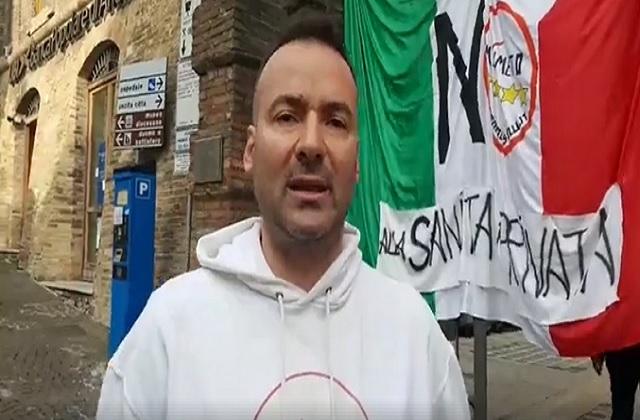 Il consigliere del Movimento cinque stelle di Osimo David Monticelli durante la protesta