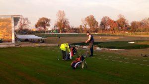Padre e figlio si divertono al campo da golf di Chiaravalle
