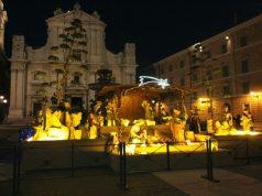 Il presepe appena allestito davanti alla basilica della Santa Casa di Loreto