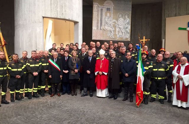 I vigili del fuoco con il vescovo e le autorità