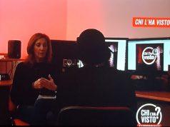 """La donna (di spalle) parla con la giornalista di """"Chi l'ha visto?"""""""