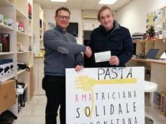 Fabrizio Andreani consegna l'assegno al presidente della Croce Gialla di Ancona Alberto Caporalini