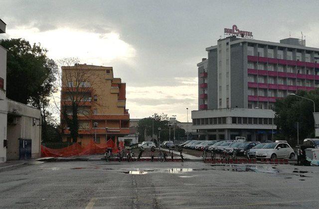 L'ex area verde a fianco della stazione ferroviaria: un parcheggio al posto degli alberi