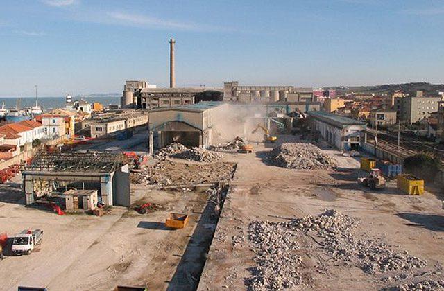 Le operazioni di demolizione degli stabilimenti ex-Sacelit a Senigallia