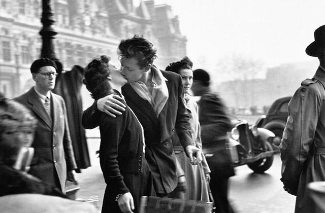 """La famosa fotografia """"Le Baiser de l'hôtel de ville"""" di Robert Doisneau, copyright Atelier Robert Doisneau"""