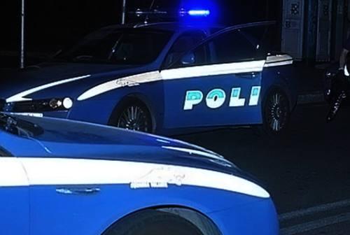 Macerata, si distende in mezzo alla carreggiata: salvato dalla polizia