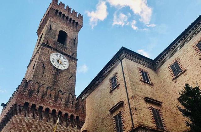 La torre civica in piazza dei Martiri, nel centro storico di Ostra