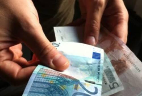 Ruba 2.000 euro all'anziano che l'aveva ospitata: la 38enne patteggia due anni