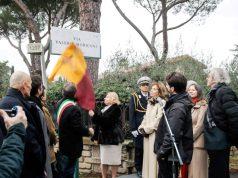 Il momento in cui viene scoperta la targa con il nome della via intitolata a Valeria Moriconi (foto S. Mirkovic)