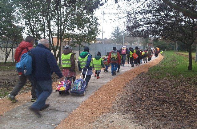 Tutti in fila e soddisfatti sul nuovo percorso Piedibus per la scuola