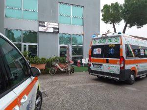 L'intervento dei sanitari con ambulanza e auto medica