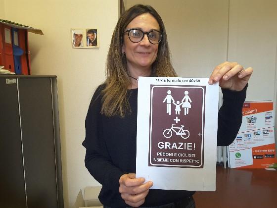 L'assessore Cinzia Napolitano mostra come sarà il cartello segnaletico che presto verrà apposto