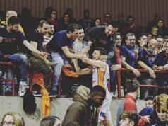 Matteo Piccoli della Termoforgia Jesi esulta con i tifosi della curva (foto di Augusto Giglietti)