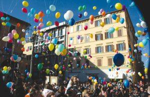 Il lancio dei palloncini in Piazza della Repubblica a Jesi nel giorno dell'Epifania (foto d'archivio)