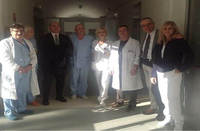 Il sopralluogo all'ospedale di Osimo del sindaco Simone Pugnaloni e del direttore dell'Inrca Gianni Genga accanto al personale